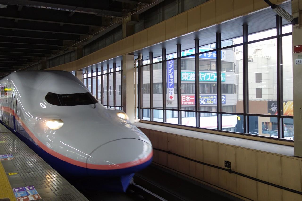 大宮駅ホームに入線する上越新幹線