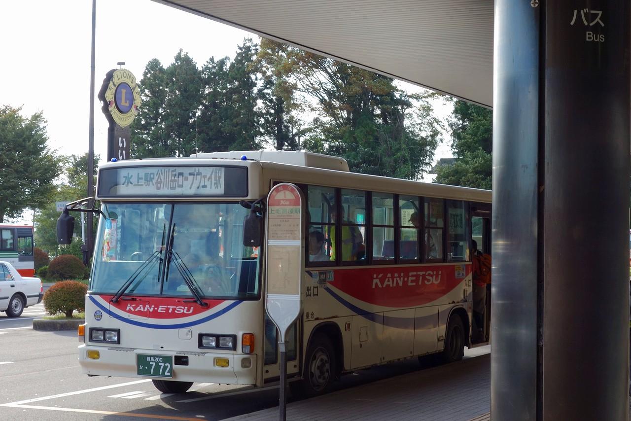 上毛高原駅前に停車する谷川岳ロープウェイ行きのバス