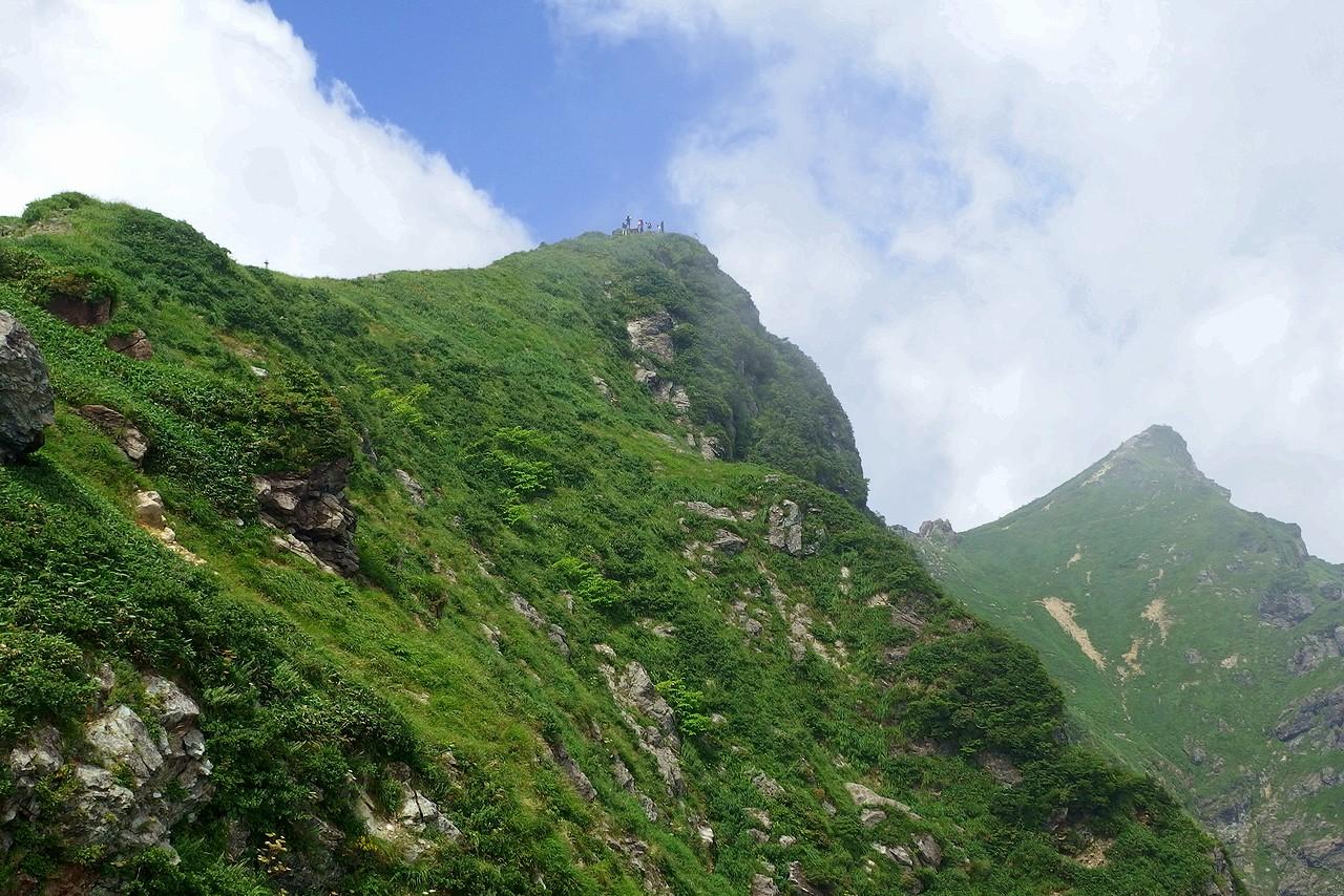 西黒尾根から見た谷川岳の山頂