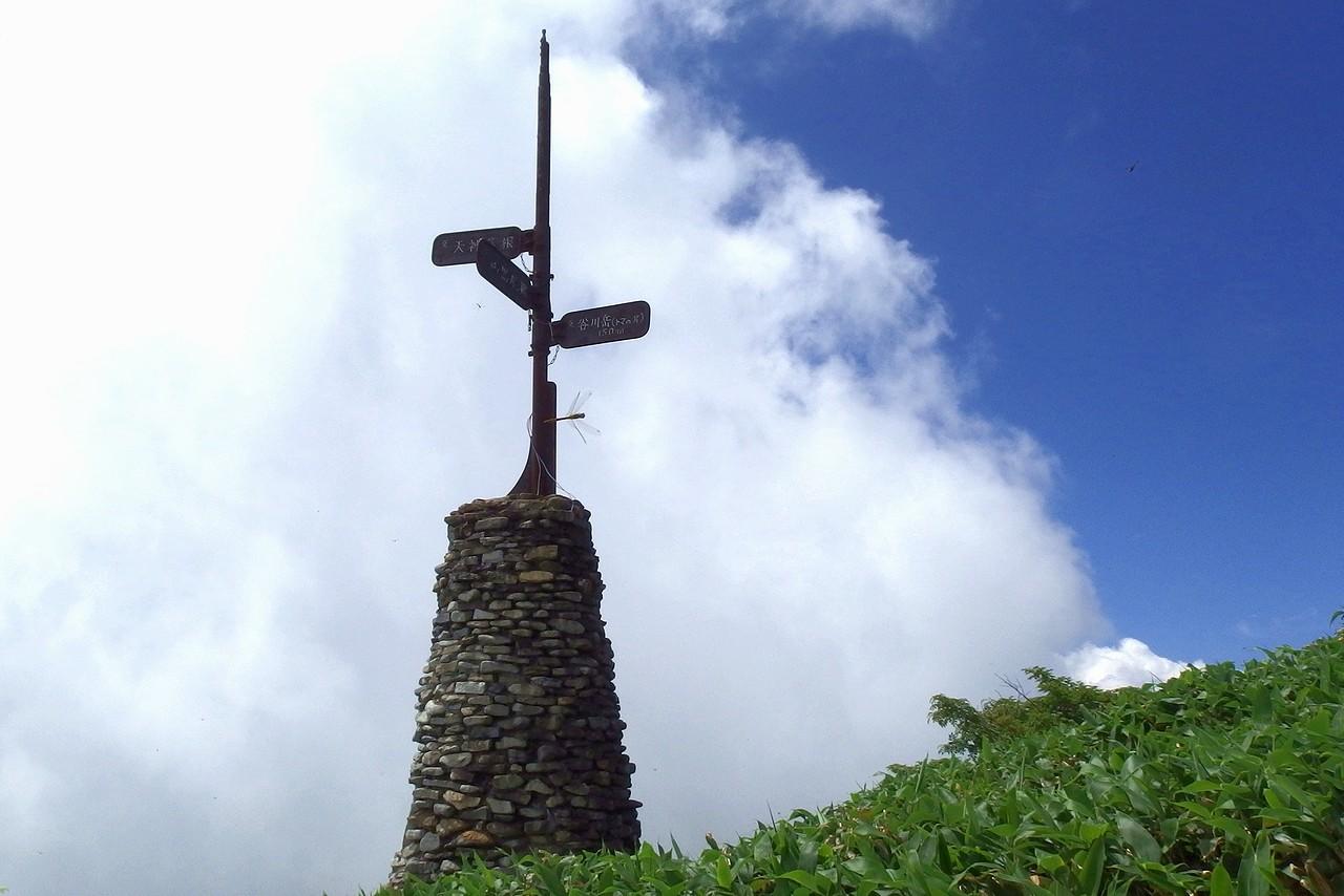 谷川岳 頭上高くにある西黒尾根の道標