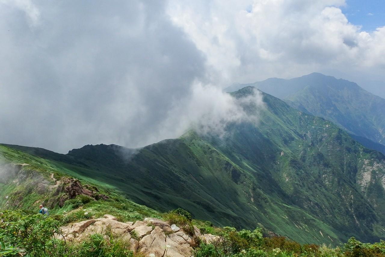オキの耳から見た谷川連邦の主稜線