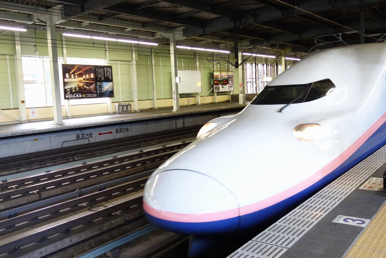 上毛高原駅ホームに入線する上越新幹線