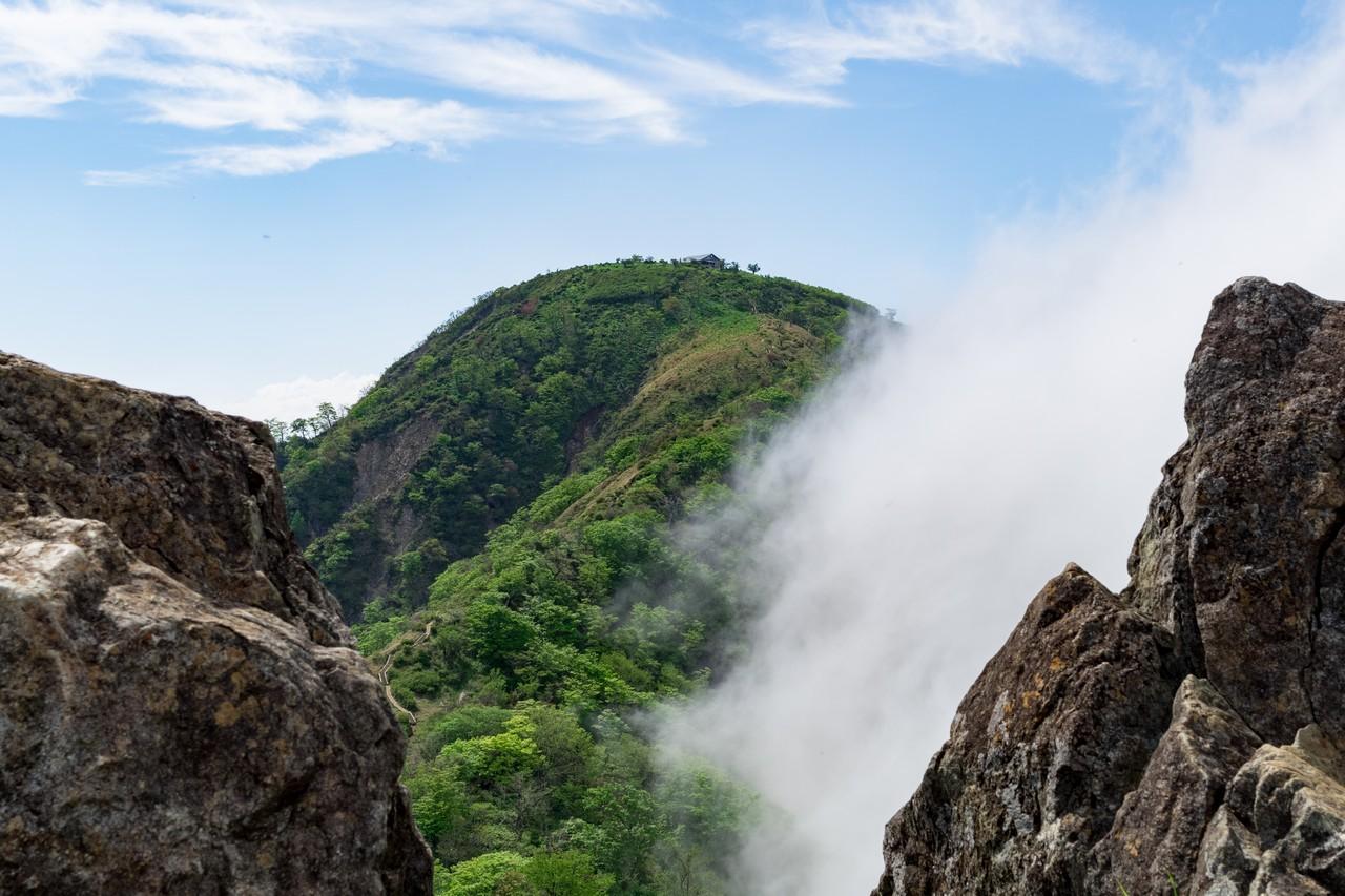 鬼ヶ岩の間から見た蛭ヶ岳