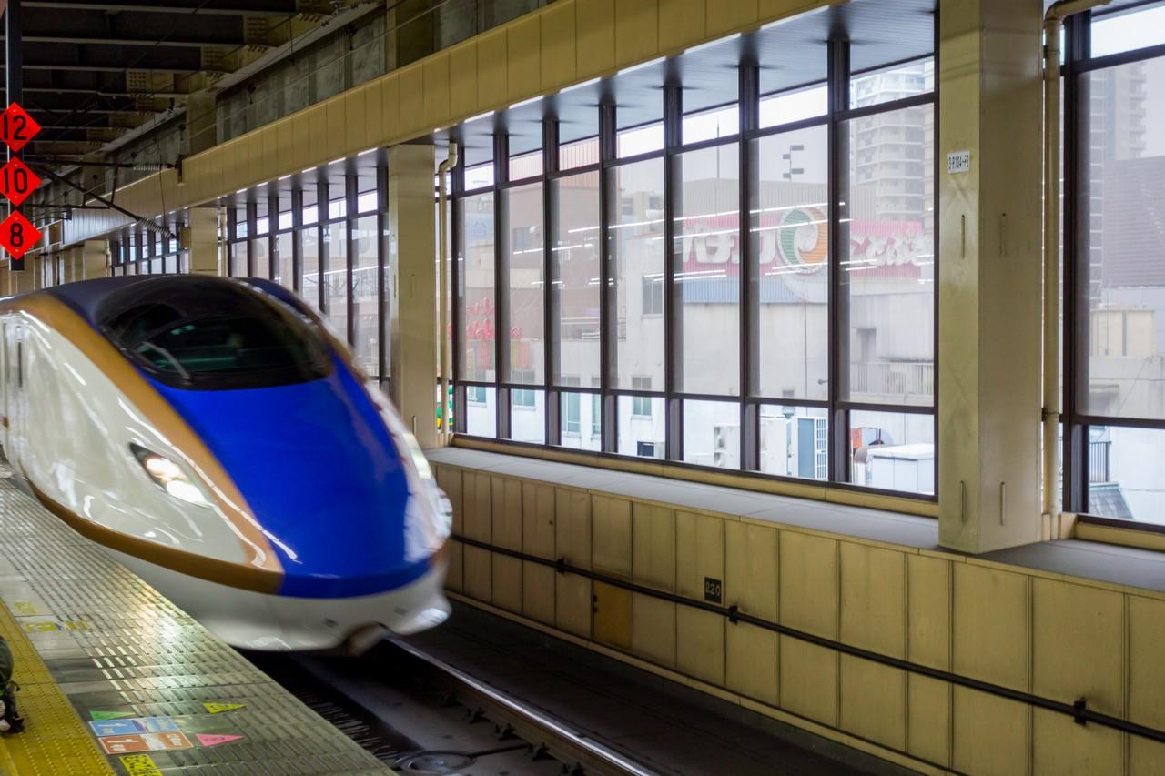 大宮駅ホームに入線する北陸新幹線