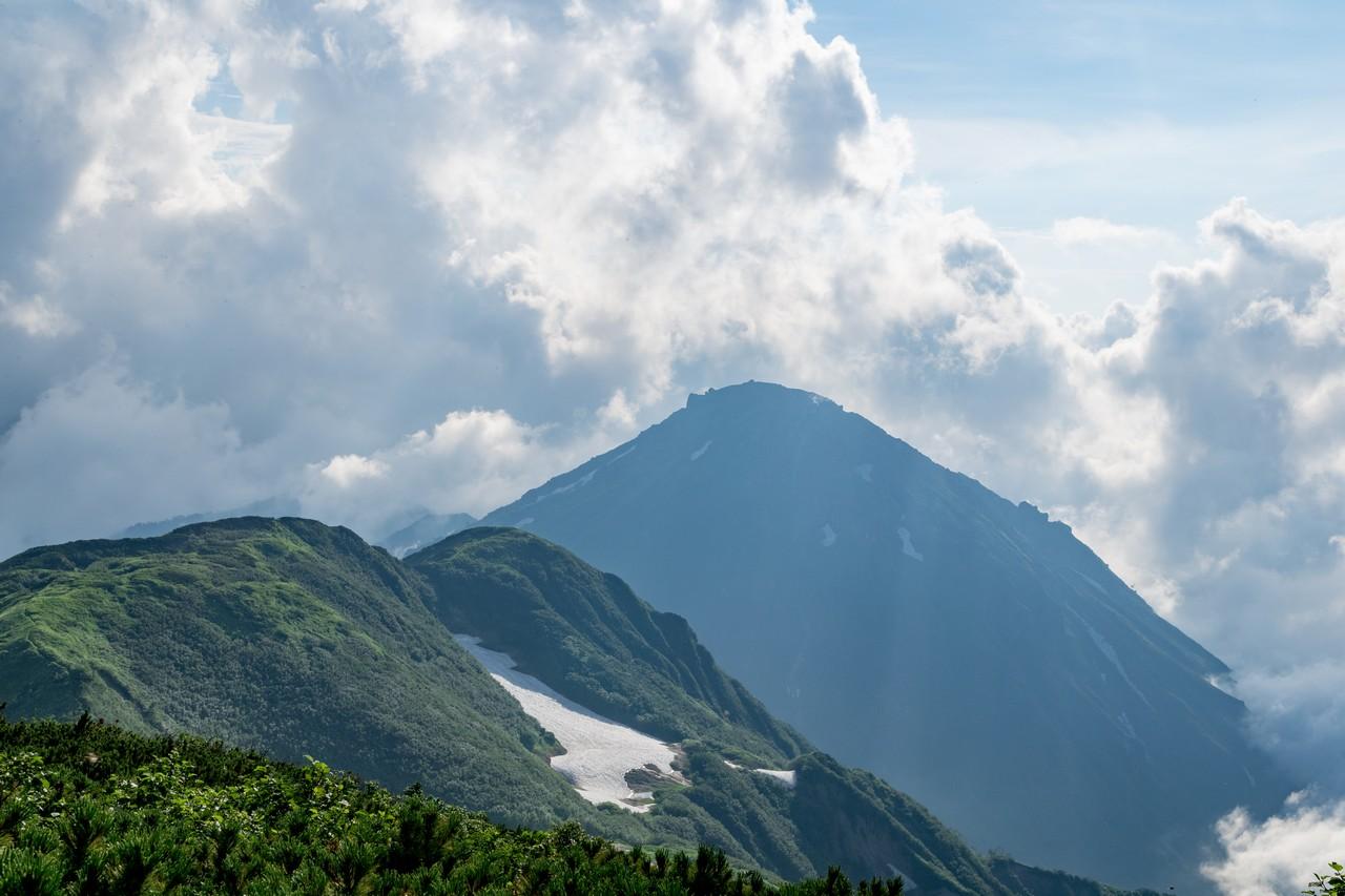 火打山から見た新潟焼岳