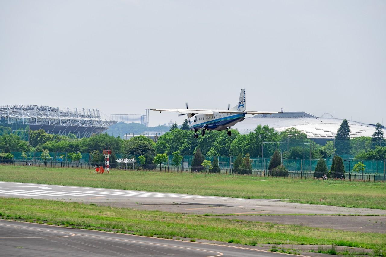 調布飛行場に着陸するドルニエ228
