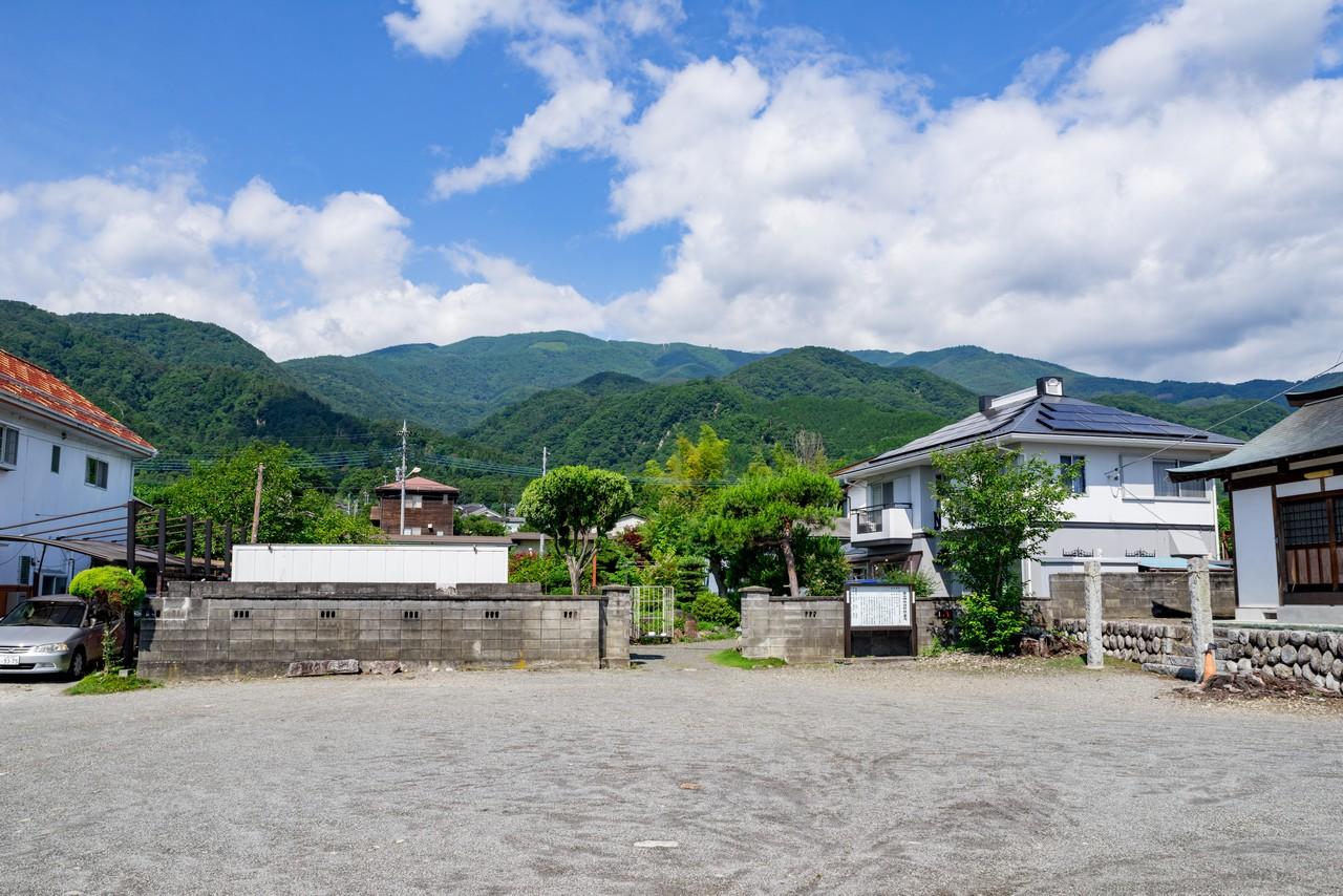 甘利山入口バス停から見た甘利山