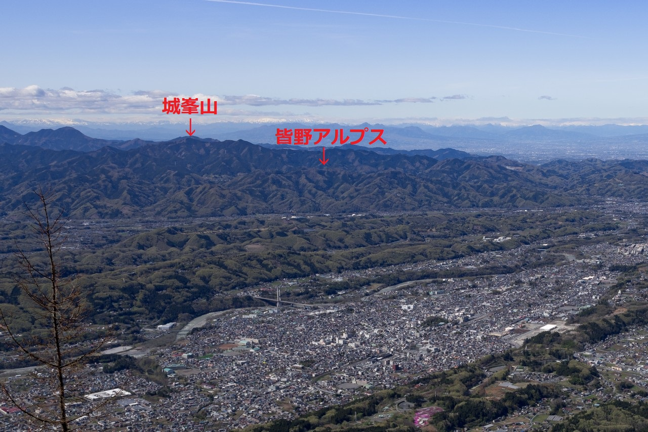 武甲山の山頂から見た城峯山と皆野アルプス