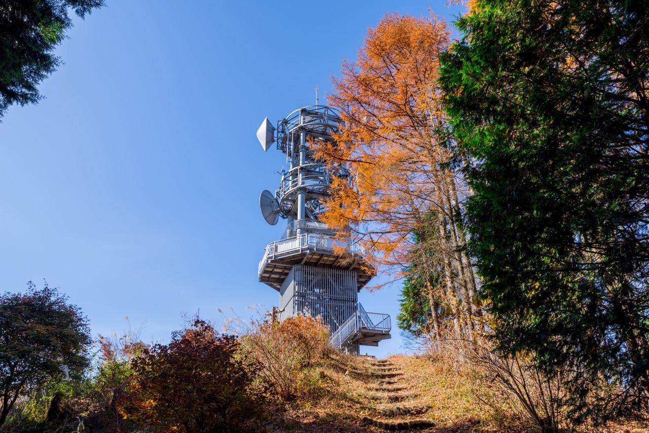 城峯山山頂の電波塔