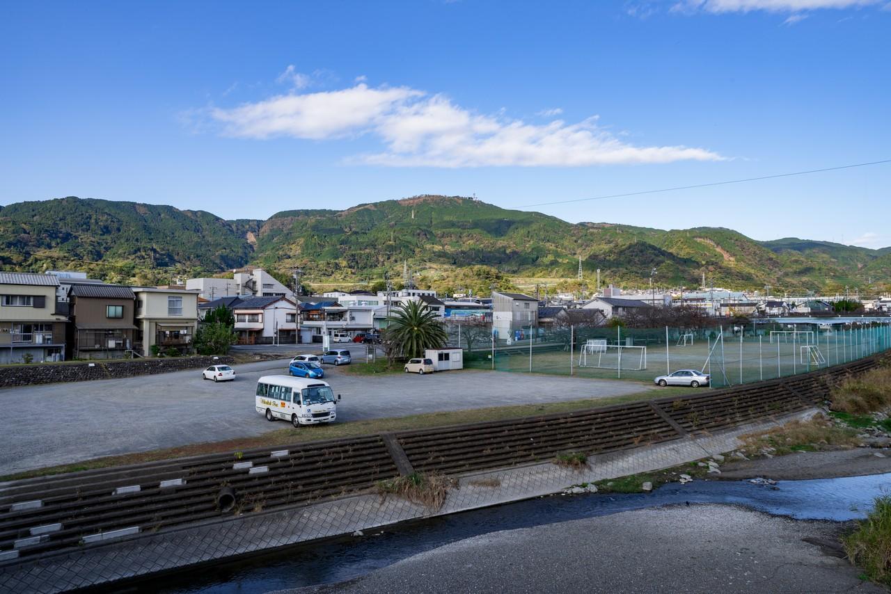 由比川の橋の上から見た浜石岳