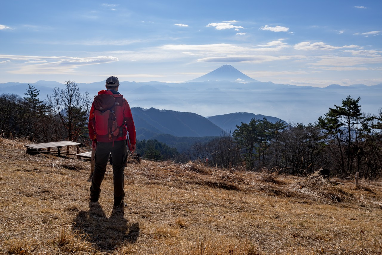 帯那山の山頂に立つ登山者