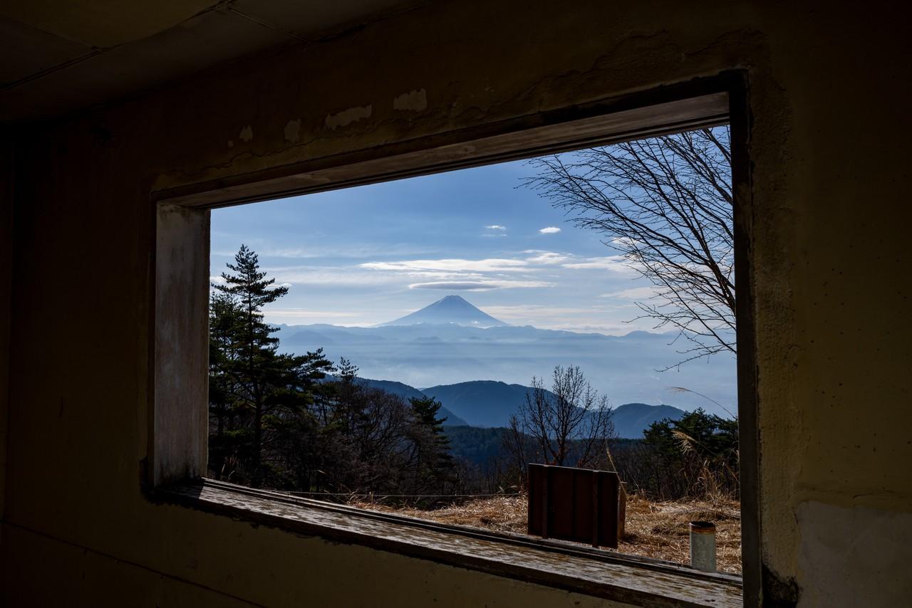 帯那山無線中継局跡の窓から見た富士山