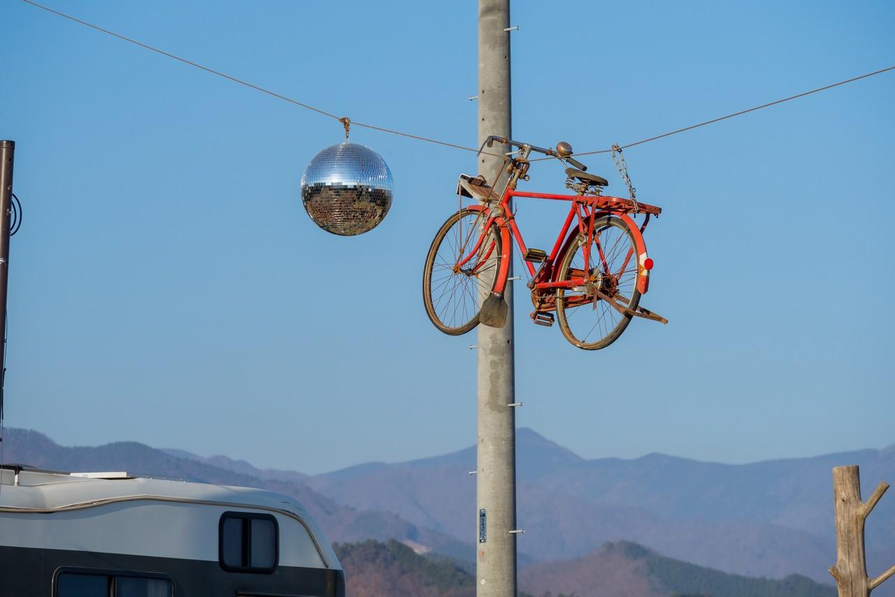 宙吊りになっている自転車