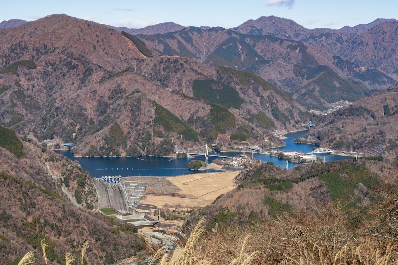 大野山から見た丹沢湖