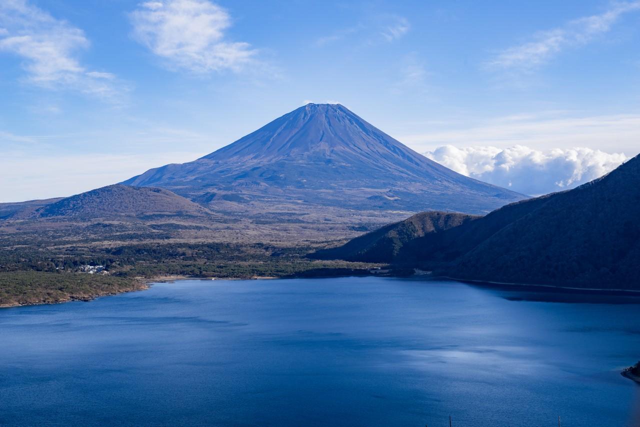 中ノ倉峠から見た富士山と本栖湖