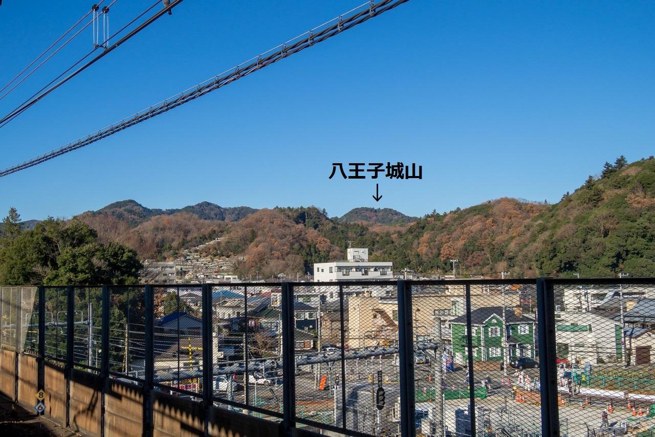 高尾駅のホームから見た八王子城山