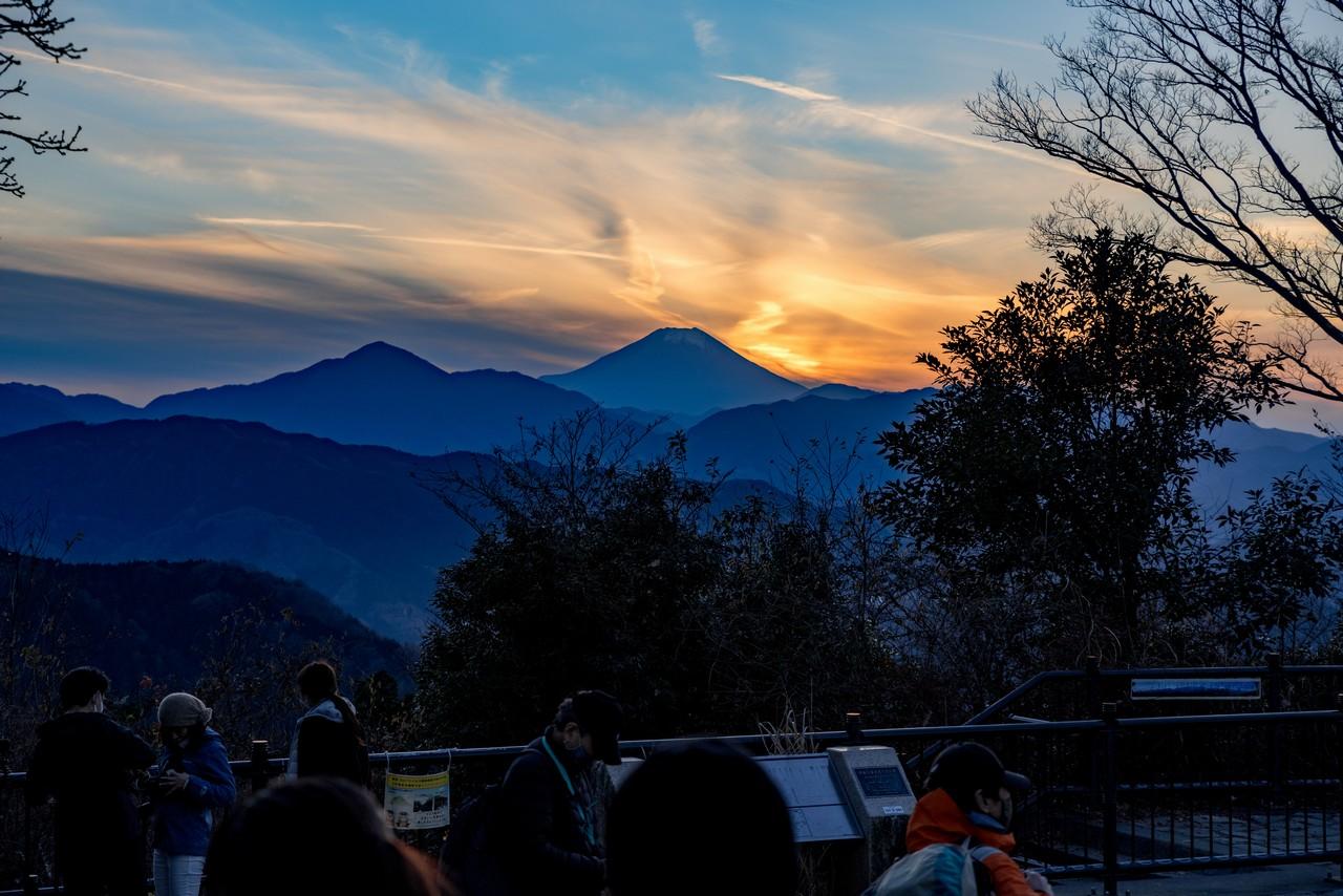高尾山から見た黄昏時の富士山