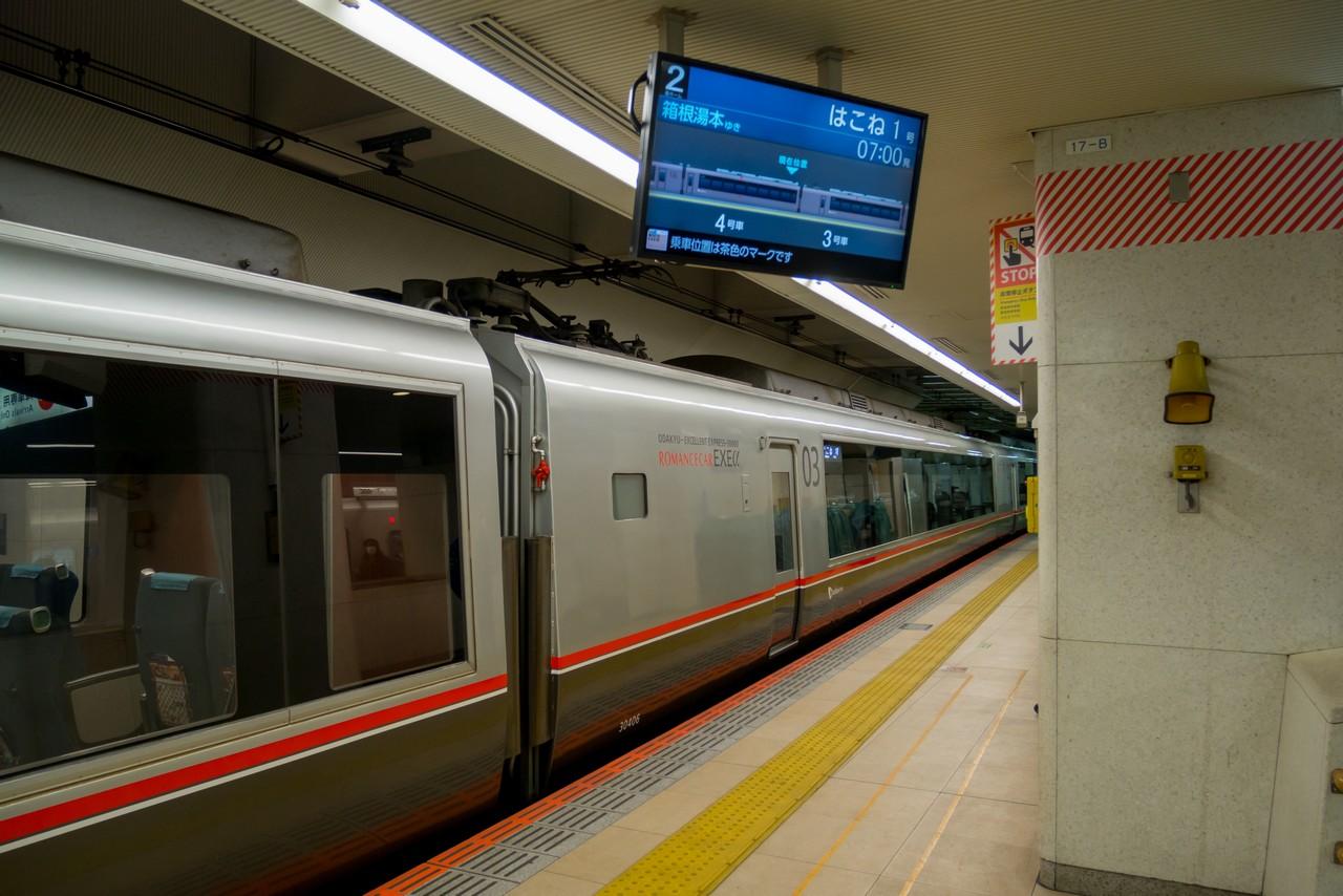 新宿駅に停車する小田急ロマンスカー