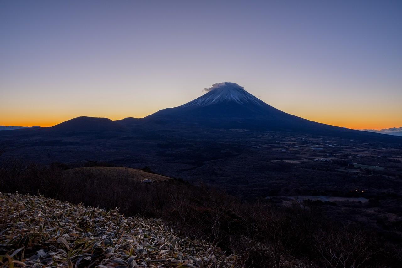 竜ヶ岳から見た夜明け前の富士山