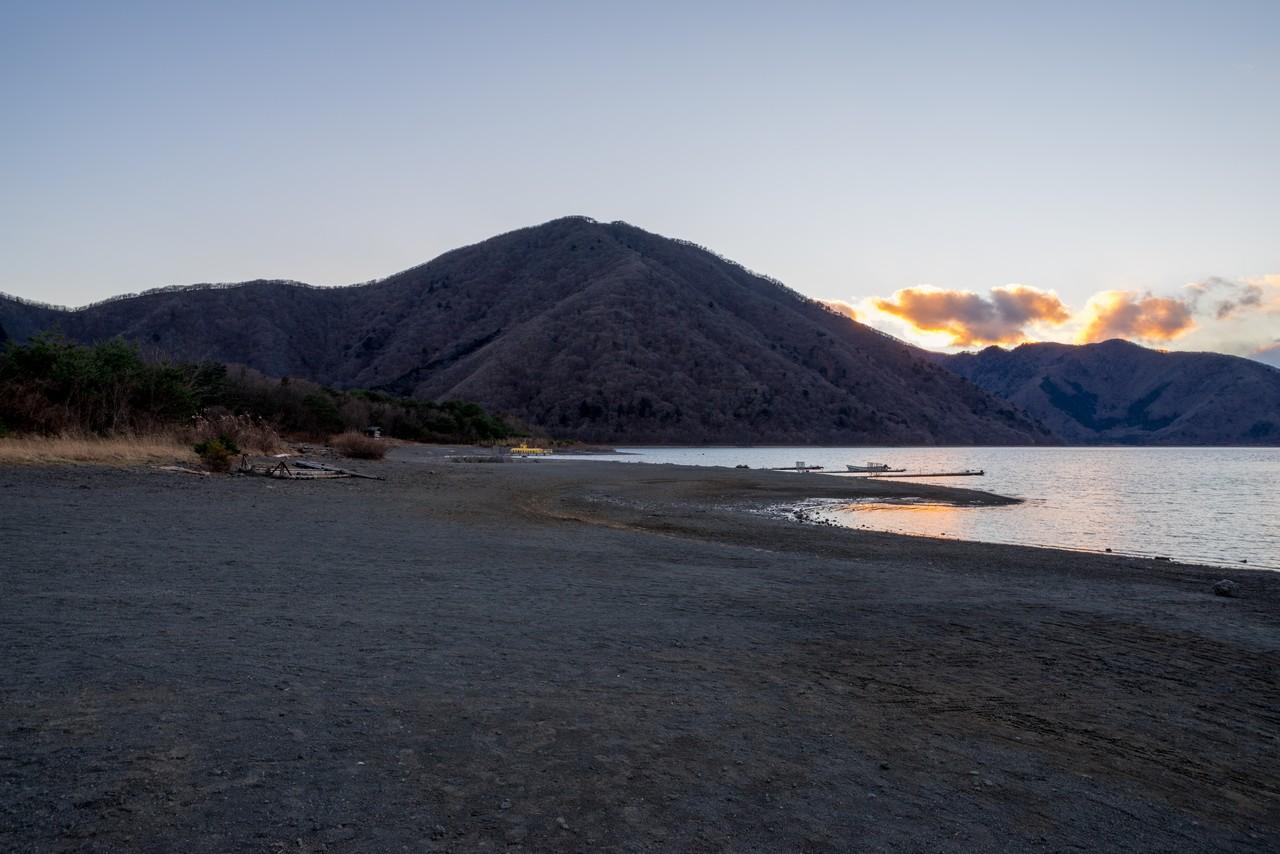 本栖湖から見た、夕暮れ時の竜ヶ岳