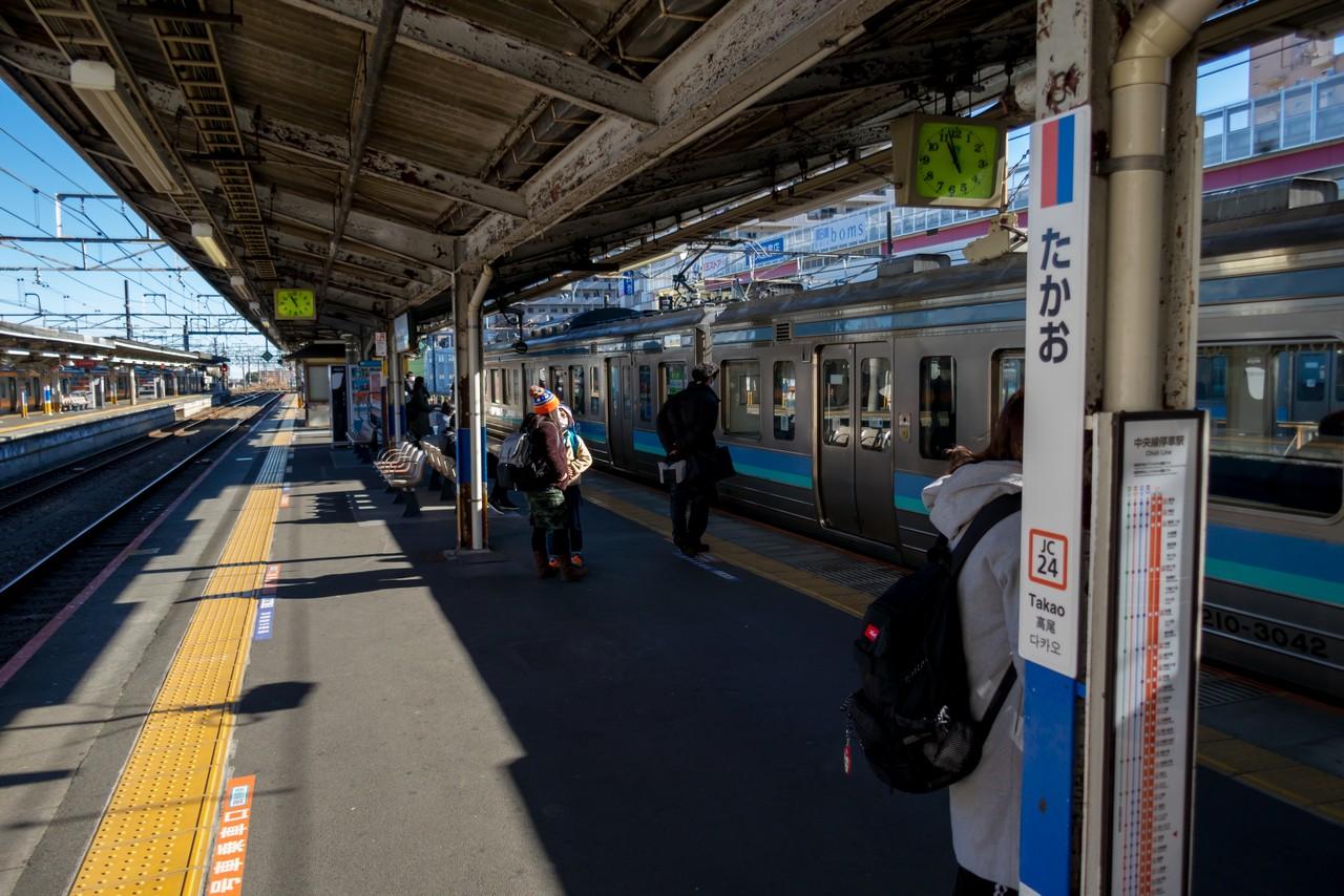 高尾駅に入線する中央本線