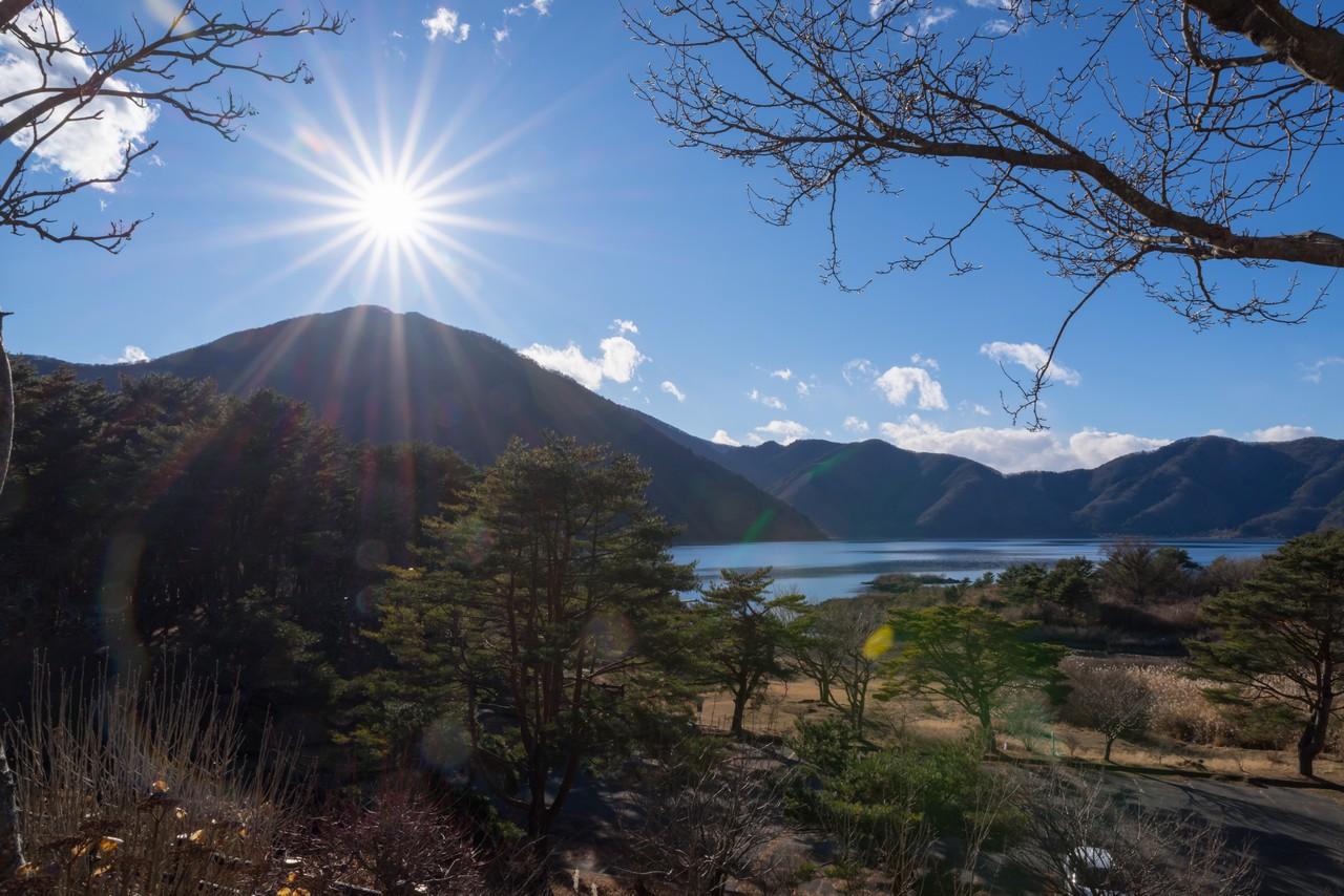 本栖湖レストハウスから見た竜ヶ岳