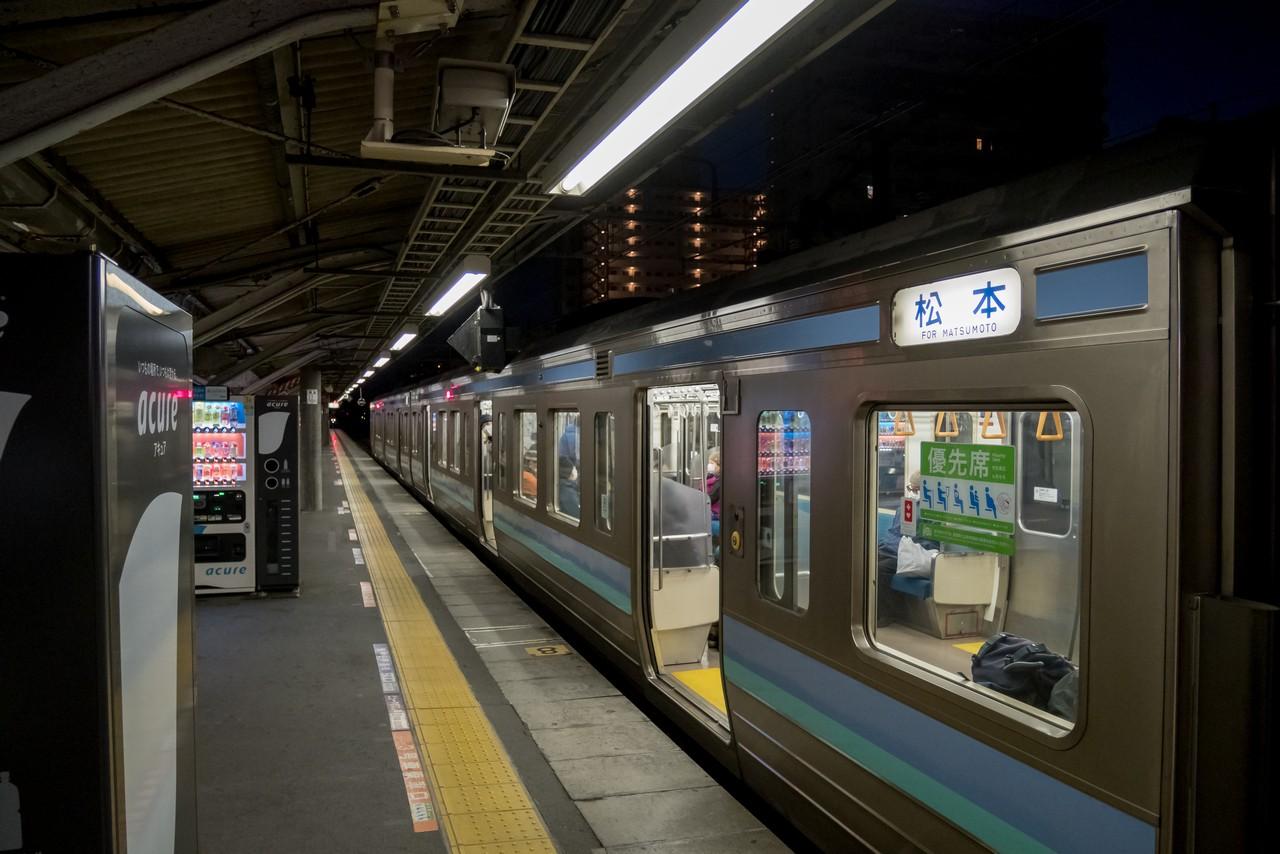 早朝の高JR尾駅ホーム