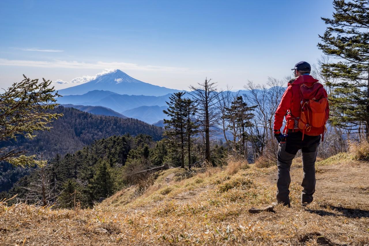 牛奥ノ雁ヶ腹摺山から富士山を眺める登山者