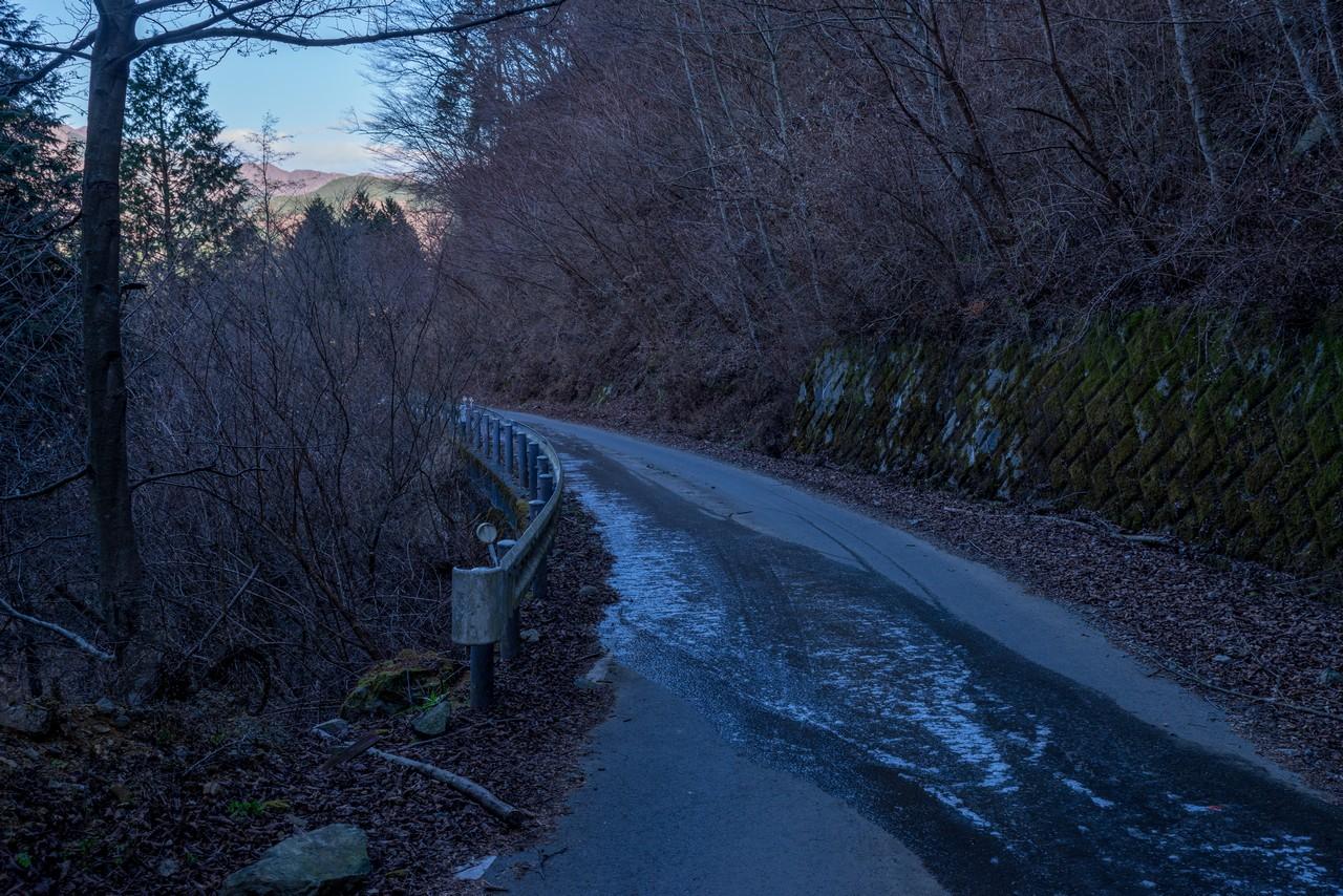 林道の凍結した路面