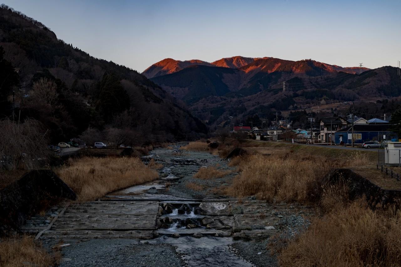 中津川の橋の上から見た鍋割山