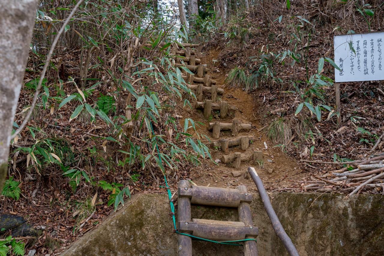 木製の急階段