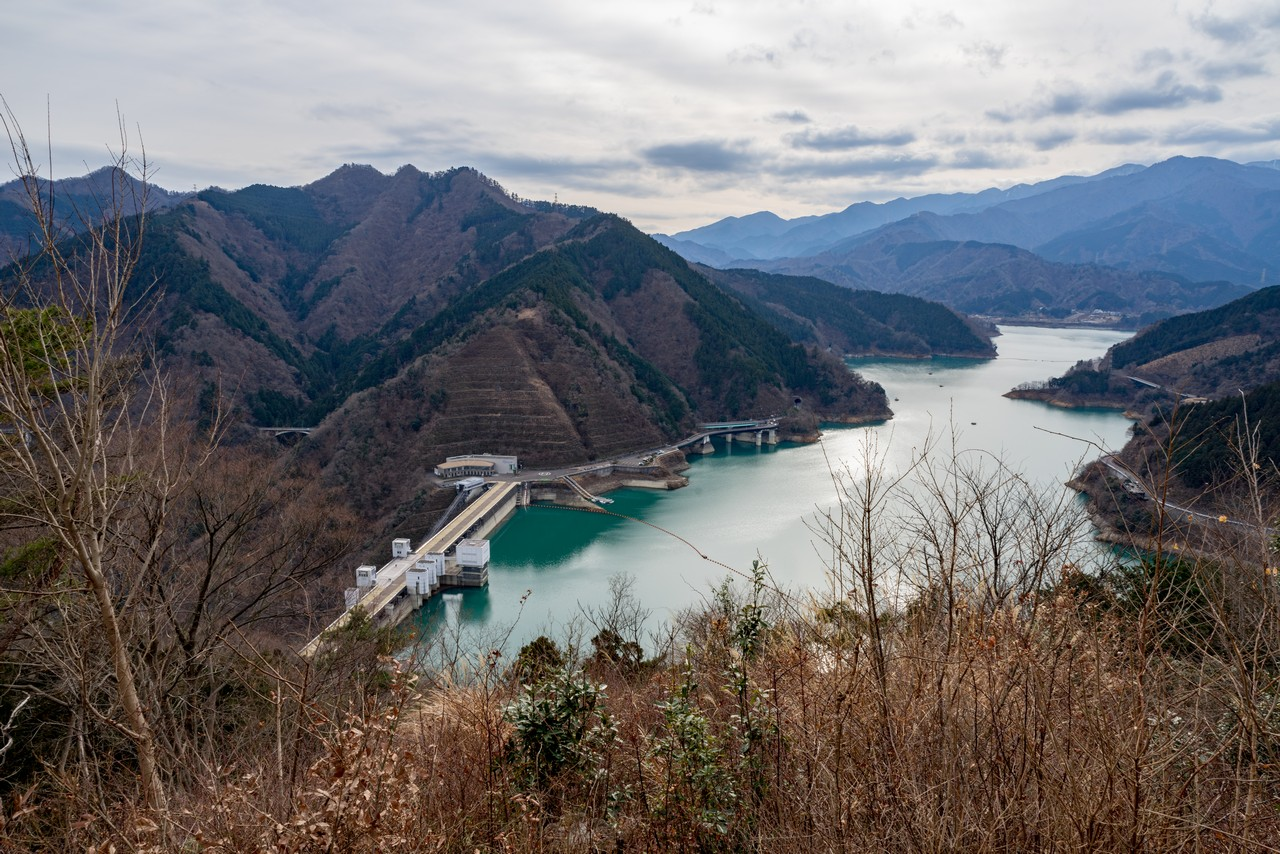 南山の登山道から見た宮ヶ瀬ダム
