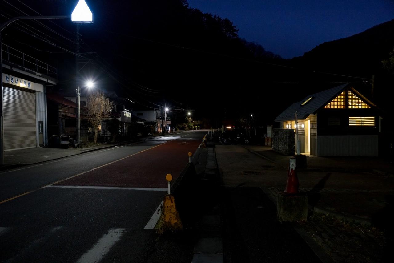 夜の留浦バス停