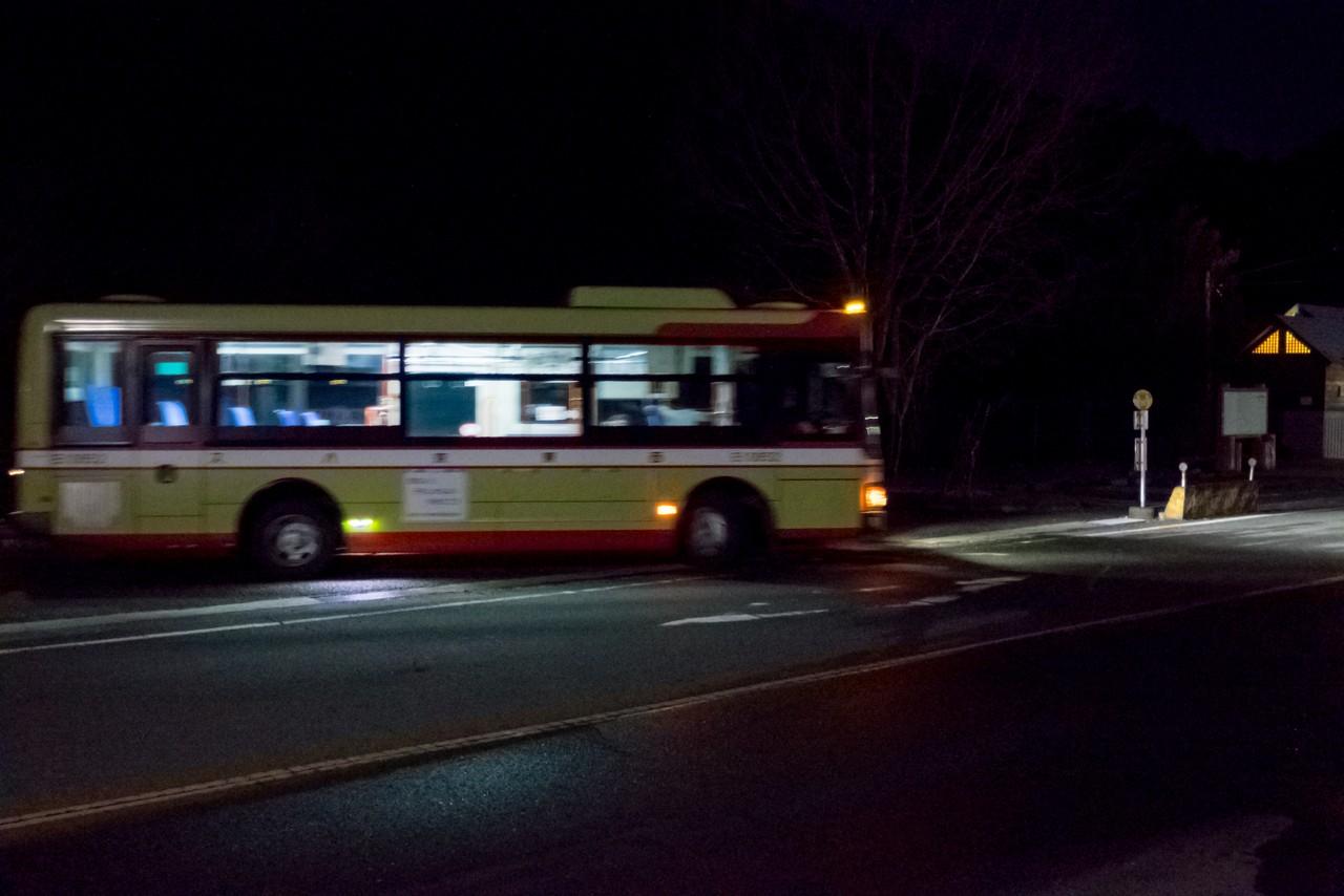 留浦バス停でUターンする奥多摩行きのバス