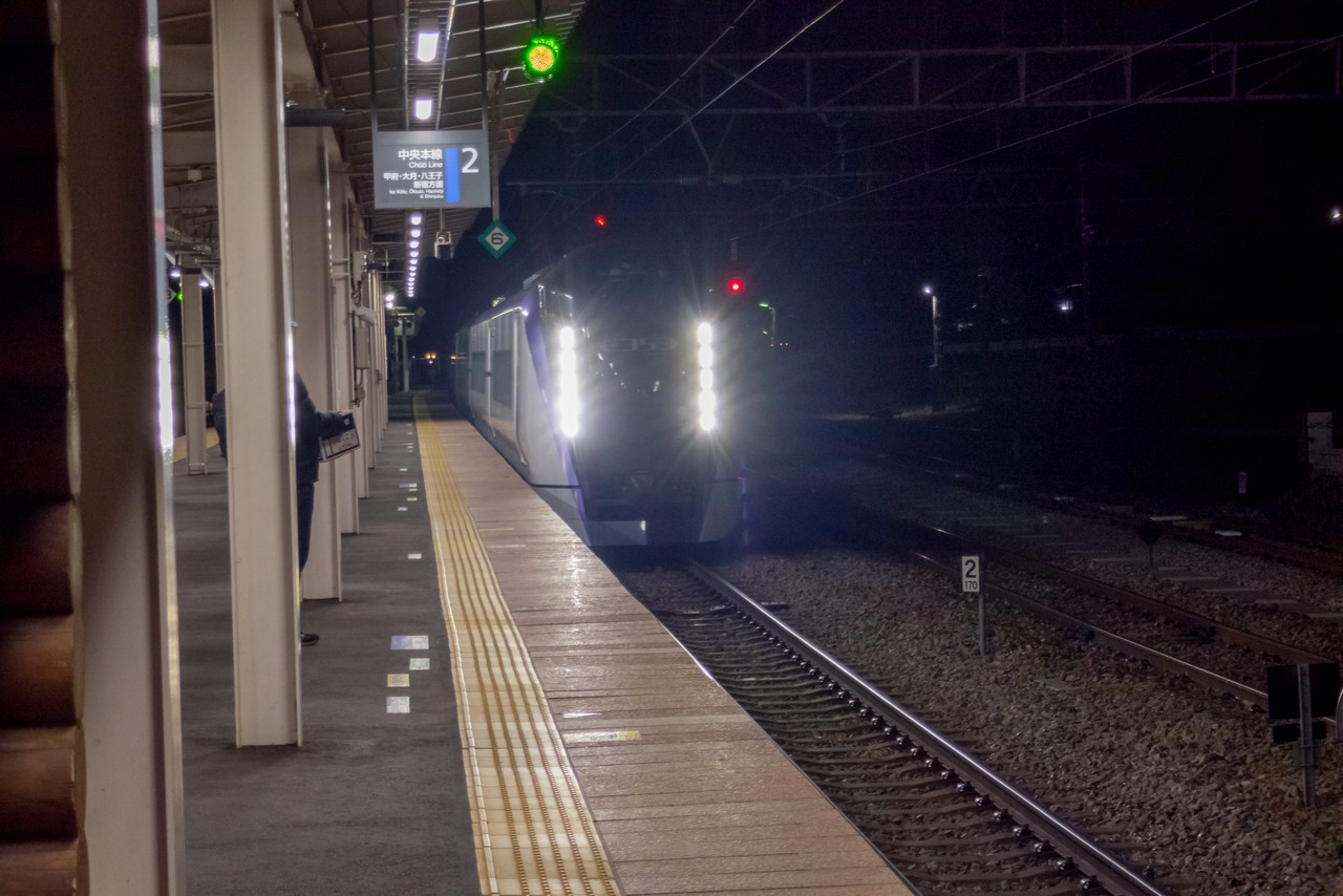 小淵沢駅に入線する特急あずさ