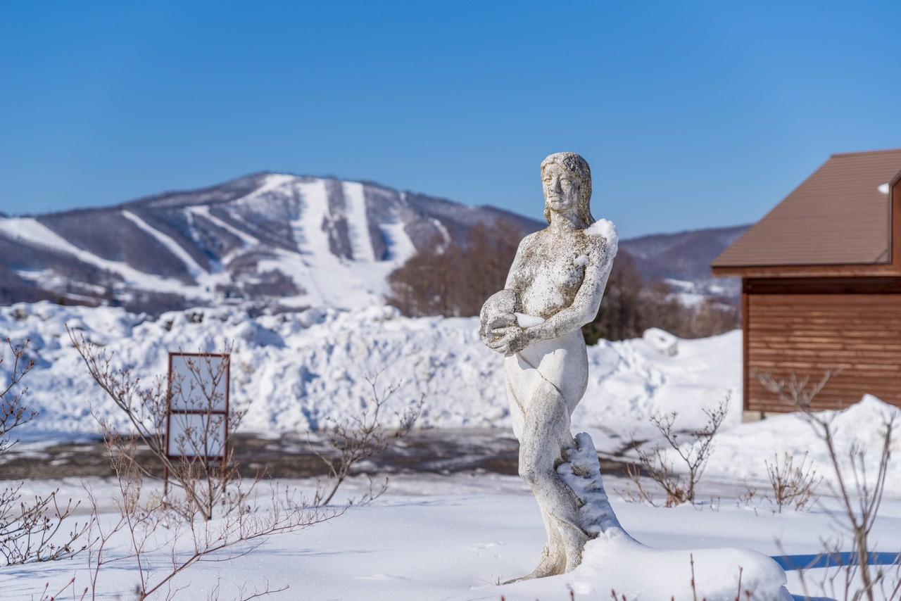 菅平高原バス停の女神像