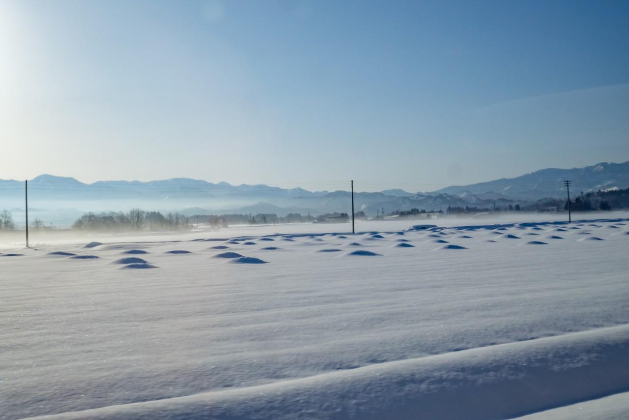 雪に埋もれた米沢の田園風景