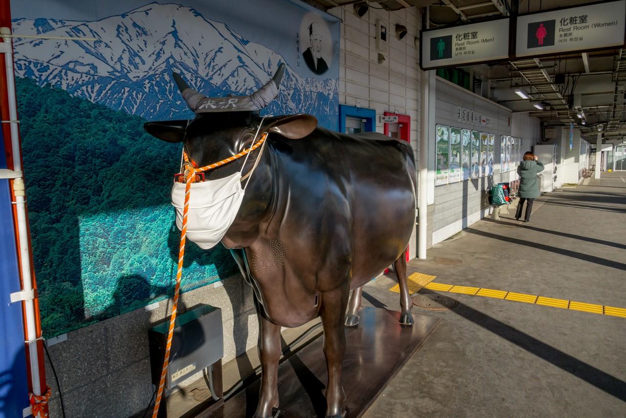 米沢駅のホームにある米沢牛の像
