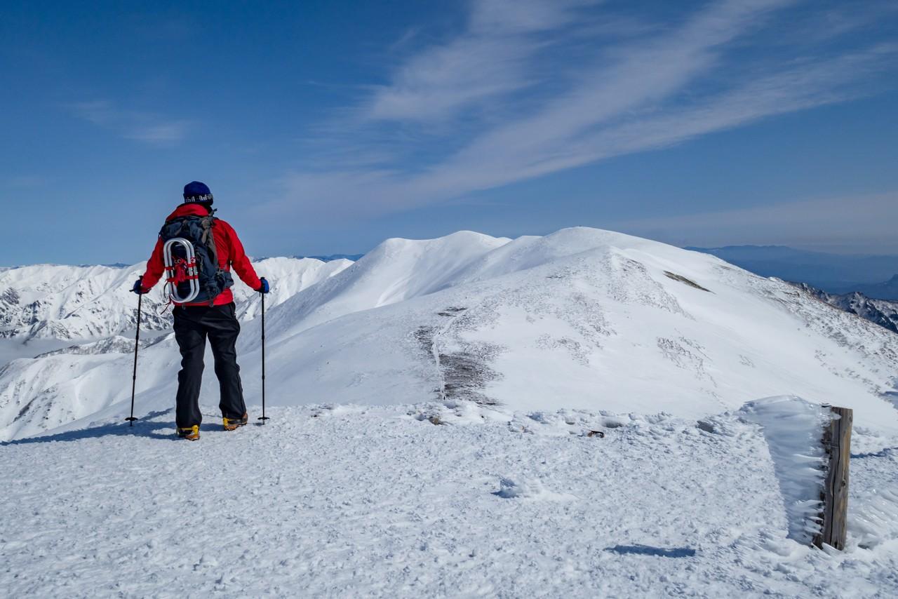冬の平標山から見た仙ノ倉山