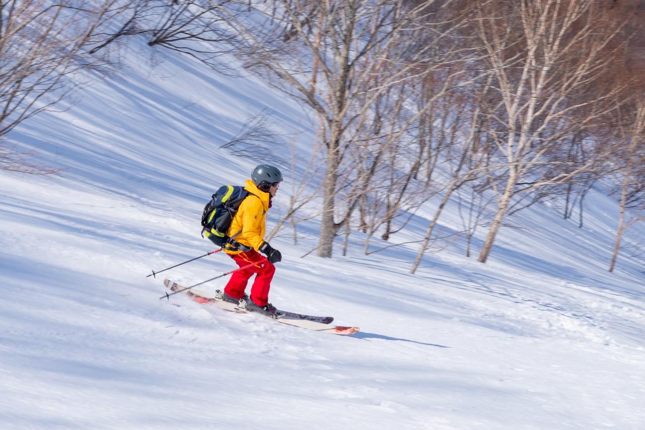 ヤカイ沢ルートを下るスキーヤー