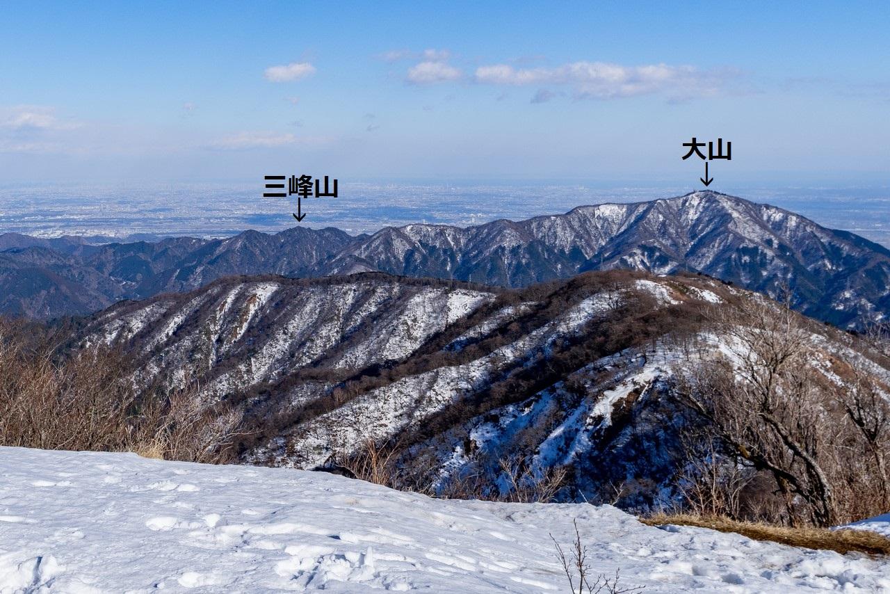 塔ノ岳から見た大山と三峰山