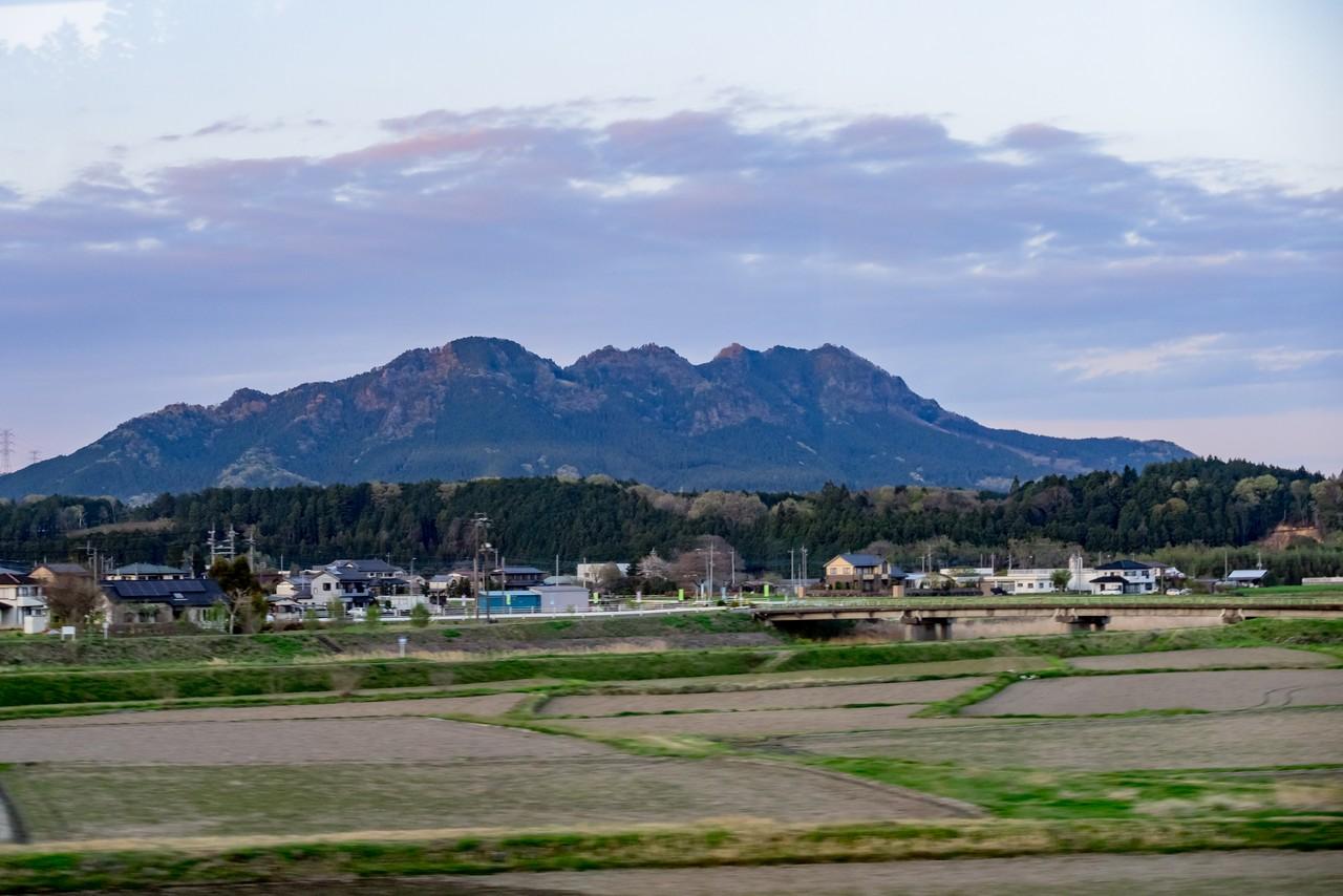 東武日光線の車窓から見た古賀志山