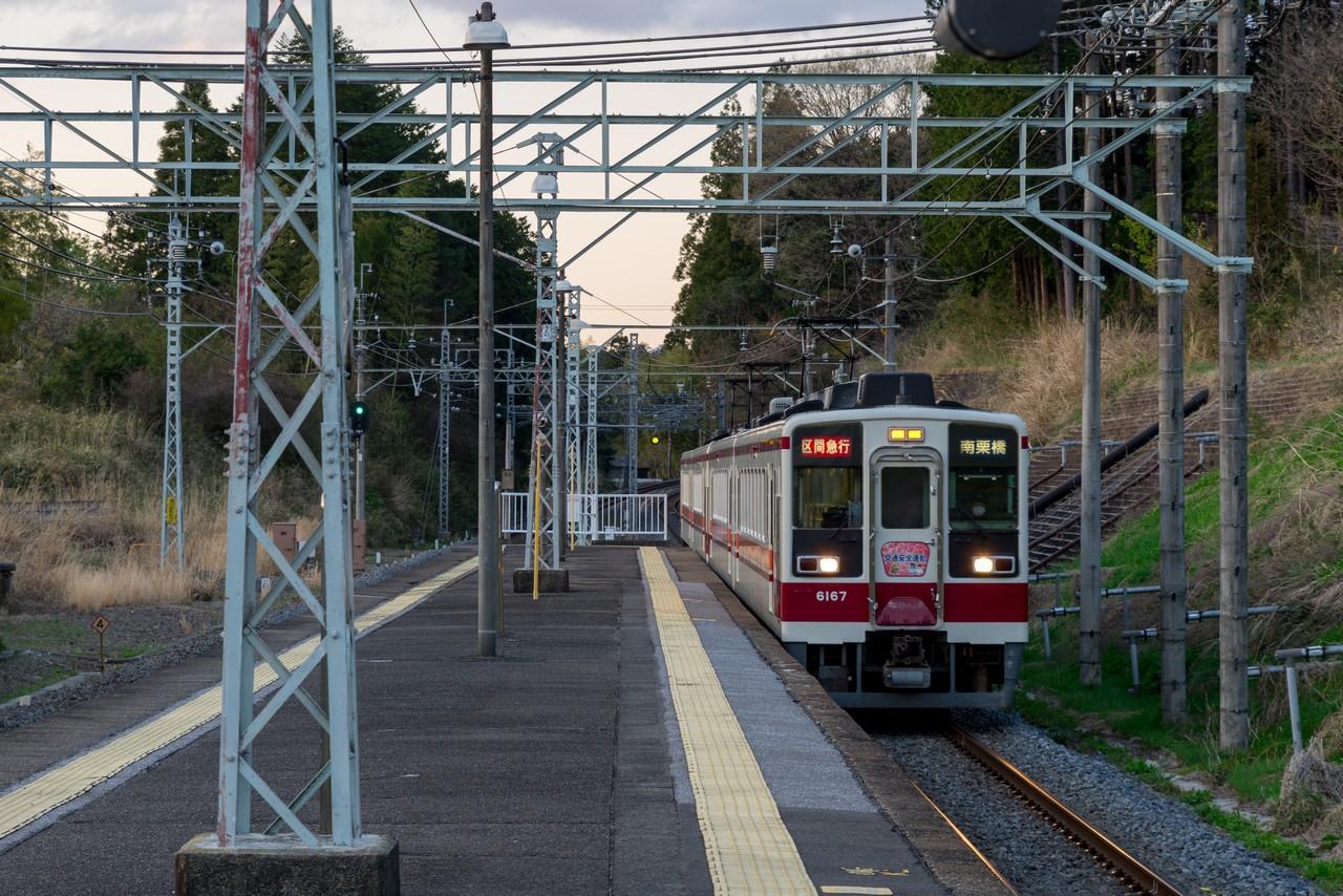 下小代駅に入線する東武日光線