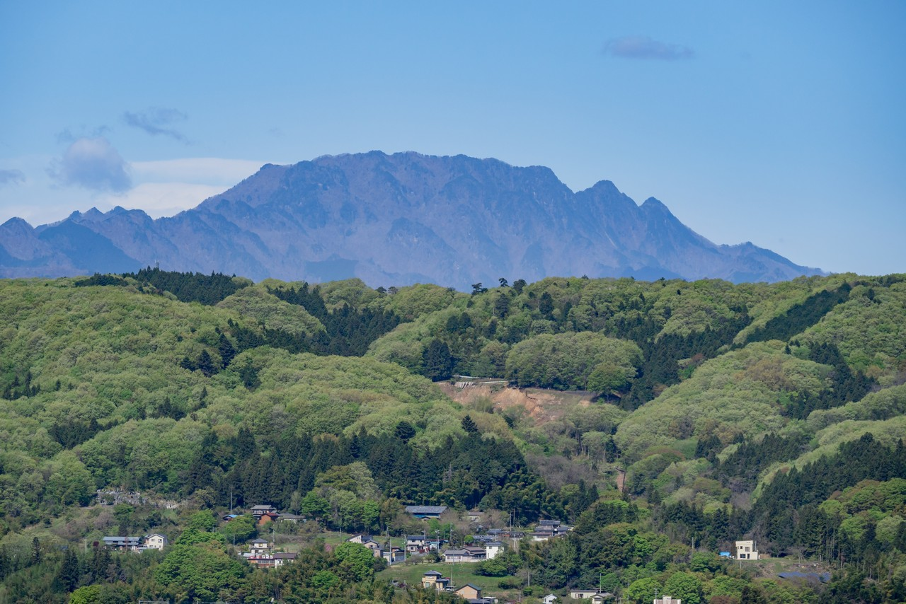 羊山公園 見晴らしの丘から見た両神山