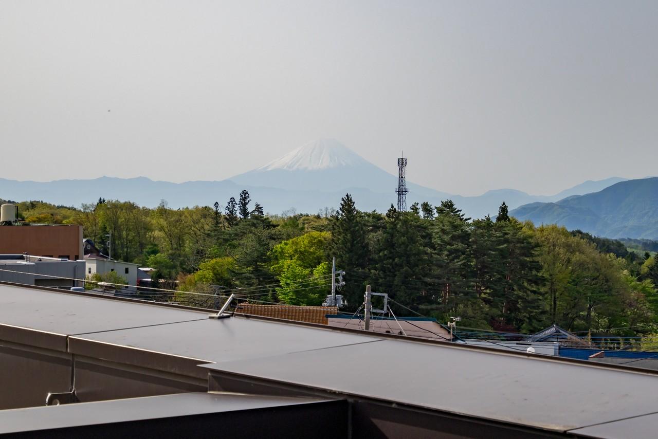 小淵沢駅の屋上から見た富士山
