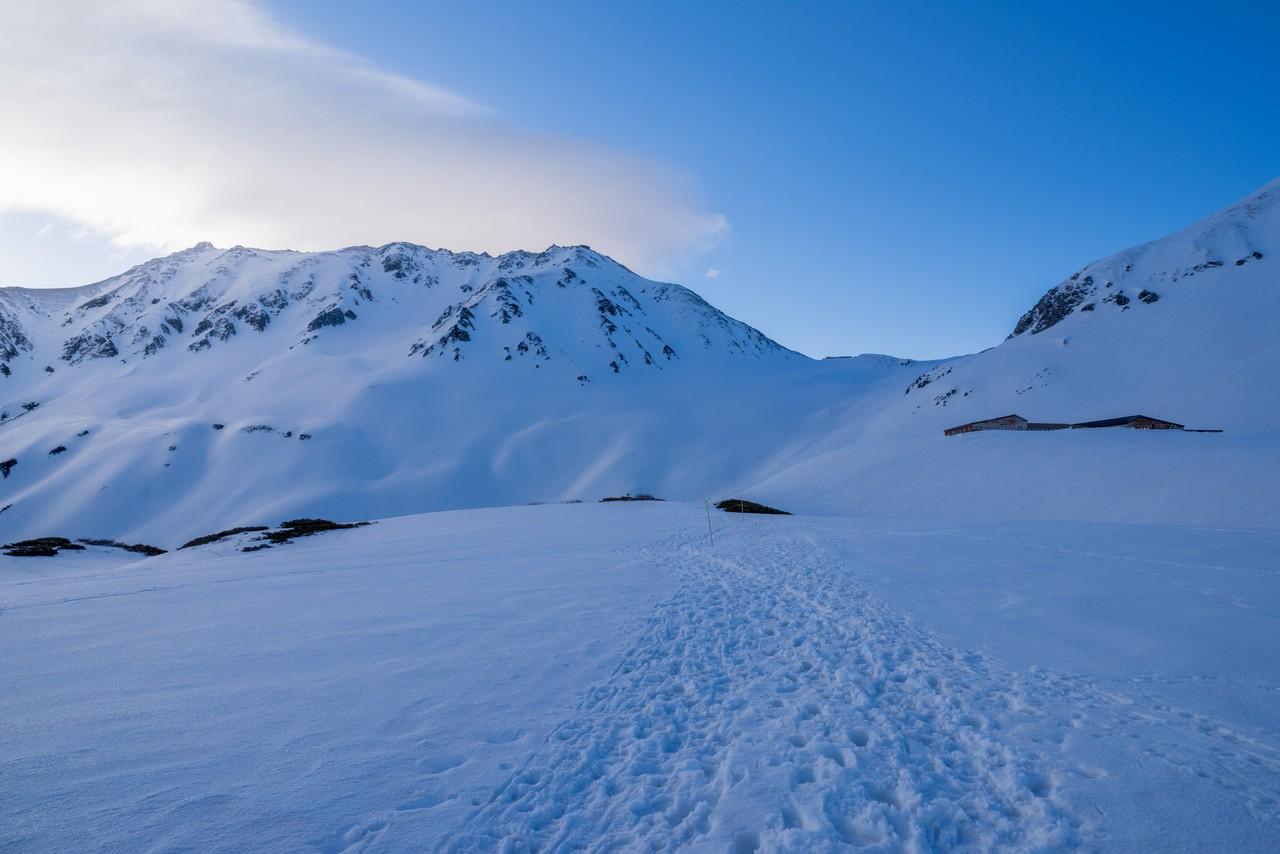 室堂平から見た残雪期の立山