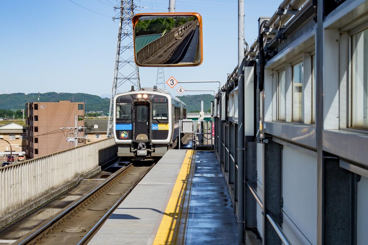 佐久平駅に入線する小海線キハE200形