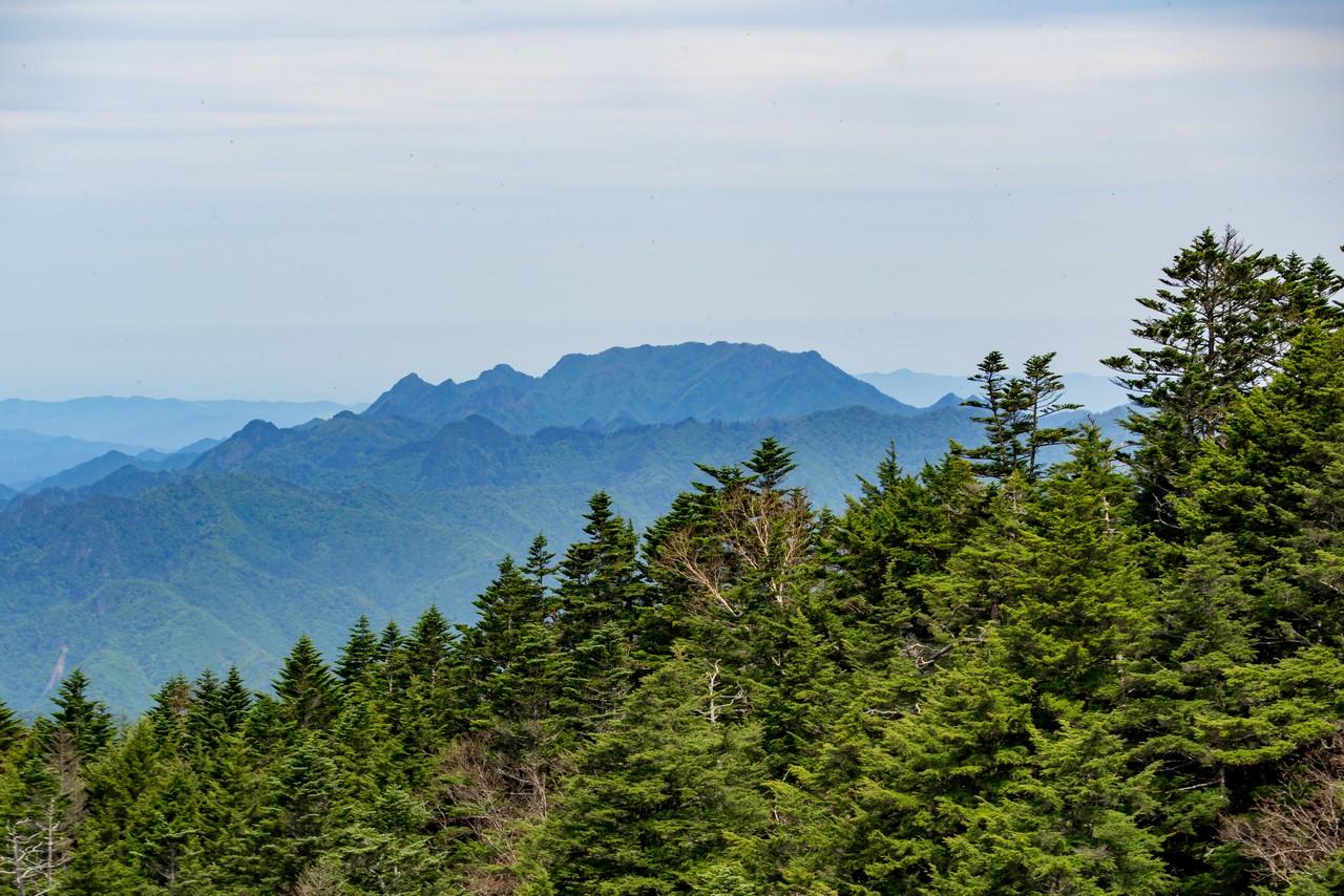 御座山から見た両神山