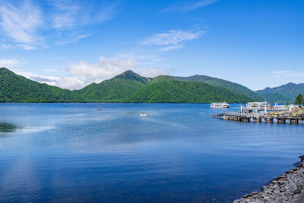 中禅寺湖から見た社山