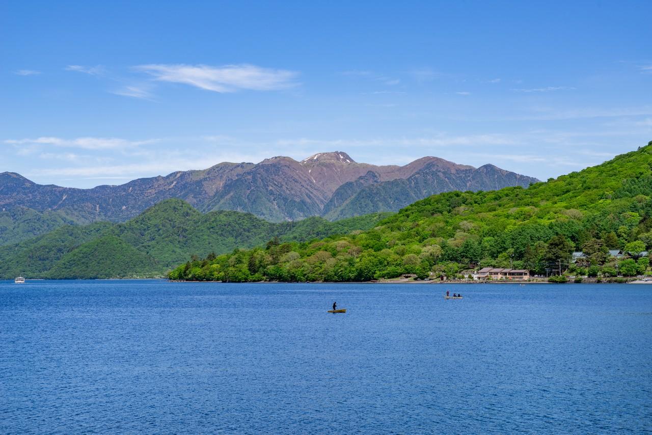 中禅寺湖と日光白根山